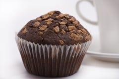 Grande muffin di pepita di cioccolato su bianco Fotografia Stock Libera da Diritti