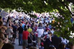 Grande multidão de povos atrás da árvore Imagem de Stock