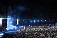 Grande multidão de povos em um concerto na parte dianteira da fase Imagem de Stock