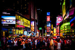 Grande multidão de povos no Times Square na noite, no Midtown Manha Fotografia de Stock