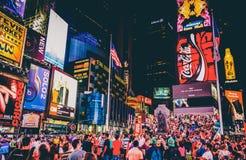 Grande multidão de povos no Times Square na noite, no Midtown Manha Imagens de Stock Royalty Free