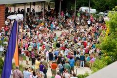 A grande multidão espera a liberação das borboletas no festival do verão imagens de stock