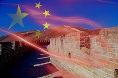 Grande muraglia del paesaggio della Cina - l'attrazione turistica a Pechino, Cina si è mescolata con la bandiera nazionale della  fotografie stock