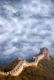 Grande Muraglia della corsa della Cina, nubi tempestose del cielo Immagini Stock Libere da Diritti