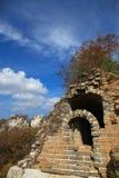 Grande muraglia selvaggia di Jiankou sotto cielo blu immagine stock