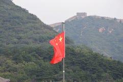 Grande Muraille de la Chine avec le drapeau chinois Photographie stock libre de droits