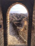 Grande Muraille encadrée dans la porte de tour de guet Images stock