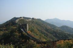 Grande Muralha no outono A parede passa através das partes superiores dos montes cobertos com a floresta Foto de Stock