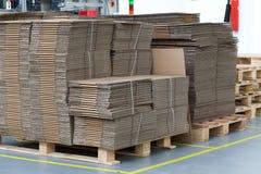 Grande número de caixas de cartão dobradas Fotografia de Stock Royalty Free