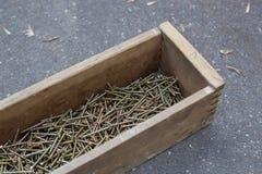 Grande número de parafusos na caixa de madeira Foto de Stock Royalty Free