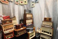 Grande número de rádios do vintage imagens de stock royalty free