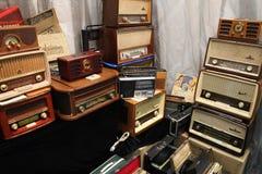 Grande número de rádios velhos diferentes foto de stock