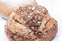 Grande naco de pães no fundo branco. fotografia de stock