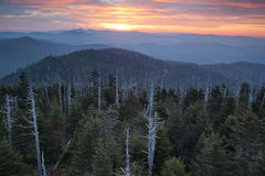 Grande nascer do sol fumarento do parque nacional das montanhas. Foto de Stock Royalty Free