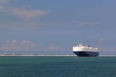 Grande nave in baia che si muove verso il porto marittimo Fotografia Stock