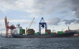 Grande nave da carico nel mare con i contenitori fotografie stock
