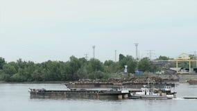 Grande nave da carico sul muoversi dell'acqua stock footage