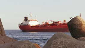 Grande nave da carico sull'itinerario a Mar Nero stock footage