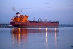 Grande nave da carico in un porto Fotografia Stock