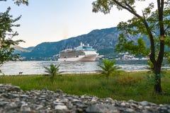 Grande nave da crociera all'ancora nella baia di Cattaro Fotografie Stock Libere da Diritti