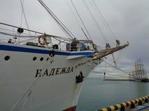 Grande nave di navigazione al pilastro, la regata di Mar Nero Fotografia Stock