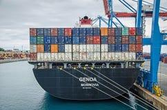 Grande nave porta-container attraccata nel porto Fotografie Stock