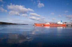 Grande nave porta-container in un bacino al porto di Klaipeda Immagine Stock