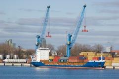 Grande nave porta-container in un bacino al porto di Klaipeda Immagine Stock Libera da Diritti