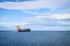 Grande navigação do navio de carga Fotografia de Stock Royalty Free