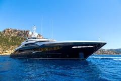 Grande navigation de luxe de yacht sur la mer sur les montagnes de fond photos stock