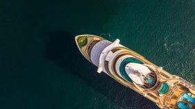 Grande navio de cruzeiros da vista aérea no mar, vess do navio de cruzeiros do passageiro imagem de stock