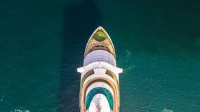 Grande navio de cruzeiros da vista aérea no mar, vess do navio de cruzeiros do passageiro foto de stock royalty free