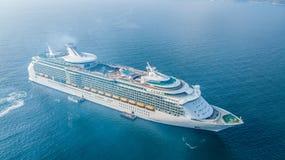 Grande navio de cruzeiros da vista aérea no mar, vess do navio de cruzeiros do passageiro fotos de stock royalty free