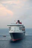 Grande navio de cruzeiros escorado na porta em o amanhecer Imagens de Stock Royalty Free