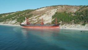 Grande navio de petroleiro vermelho no mar perto da costa na água azul clara tiro Paisagem marinha bonita video estoque