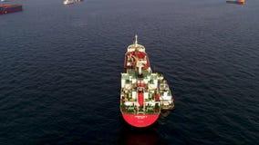 Grande navio de recipiente no mar - parte superior abaixo da metragem aérea Metragem aérea de um navio de carga no mar aberto com filme