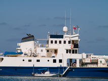 Grande navio e barco macio imagens de stock royalty free
