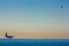 Grande navio no horizonte com helicóptero Imagens de Stock Royalty Free