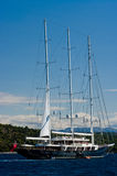 Grande navio que navega perto da costa Foto de Stock Royalty Free
