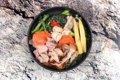 Grande nouille frite avec le chou frisé chinois, porc, légume en soupe Photo libre de droits