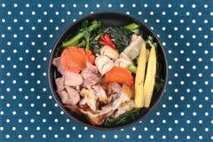 Grande nouille frite avec le chou frisé chinois, porc, légume en soupe Image libre de droits
