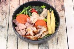 Grande nouille frite avec le chou frisé chinois, porc, légume en soupe Photographie stock