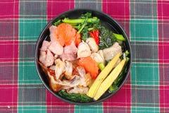 Grande nouille frite avec le chou frisé chinois, porc, légume en soupe Photographie stock libre de droits