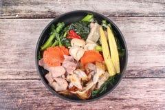 Grande nouille frite avec le chou frisé chinois, porc, légume en soupe Images libres de droits
