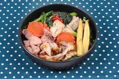 Grande nouille frite avec le chou frisé chinois, porc, légume en soupe Photos stock