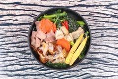 Grande nouille frite avec le chou frisé chinois, porc, légume en soupe Images stock