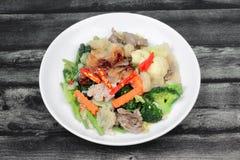 Grande nouille frite avec le poulet et les légumes Photographie stock libre de droits