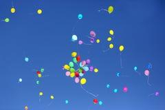 Grande numero dei palloni variopinti contro il cielo blu Immagini Stock Libere da Diritti