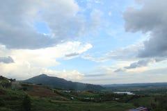 Grande nuvem acima do monte Imagem de Stock
