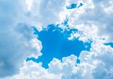 Grande nuvola bianca e raggio luminoso dietro la nuvola con cielo blu Fotografie Stock Libere da Diritti